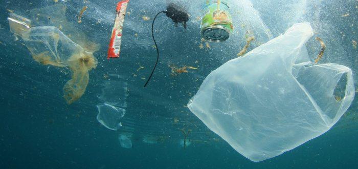 Kunststoff-Tragetaschen und andere Müllverschmutzung im Ozean ©Richard Carey - Fotolia