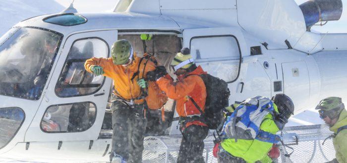 Aus für Heliskiing Fotolia: Freerider steigen auf einem Gletscher aus dem Helikopter © ARochau